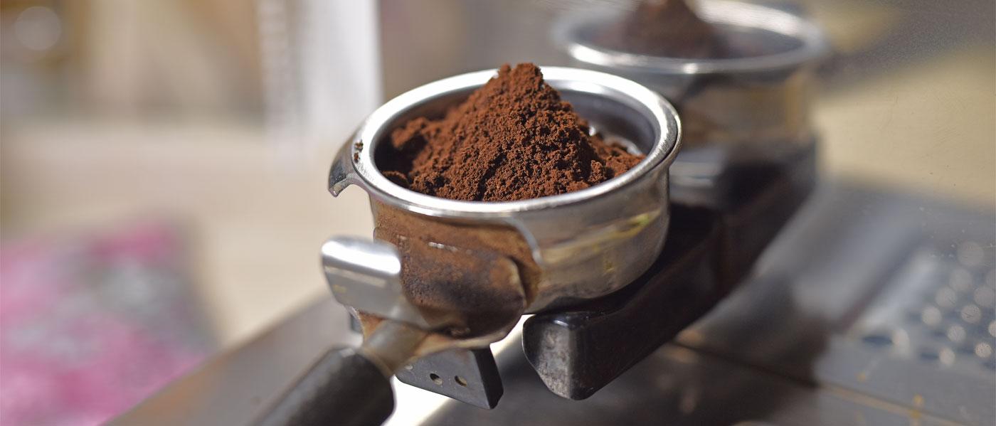 Kaffeepulver in Siebträgermaschine